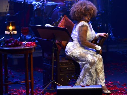 Elza Soares manda um beijinho no ombro - Foto: apetecer.com