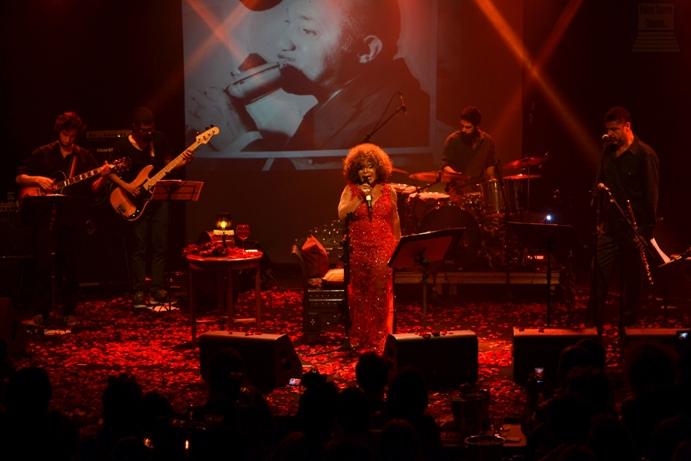 A cenografia, baseada em rosas, em harmonia com o figurino da cantora. Foto: apetecer.com