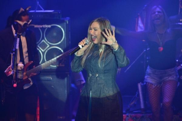 Rosanah abrilhanta o show dos Gatunos do Rocha, no Teatro Rival - Foto: apetecer.com