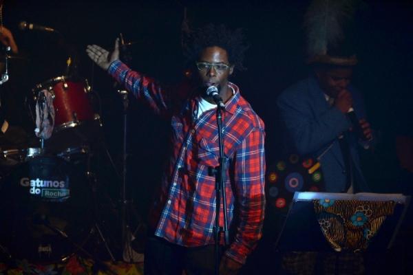 André Ramiro canta e improvisa no palco do Rival, junto com os Gatunos do Rocha - Foto: apetecer.com