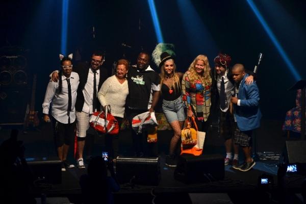 Os vencedores da noite de karaokê  e os Gatunos do Rocha, no Teatro Rival - Foto: apetecer.com