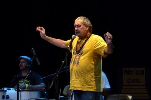 Moacyr Luz rege banda e plateia no Imperator - Foto: apetecer.com