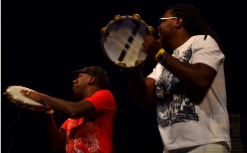 Percussionistas chamam o público para sambar - Foto: apetecer.com
